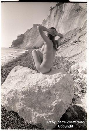 Yvonne på sten 06